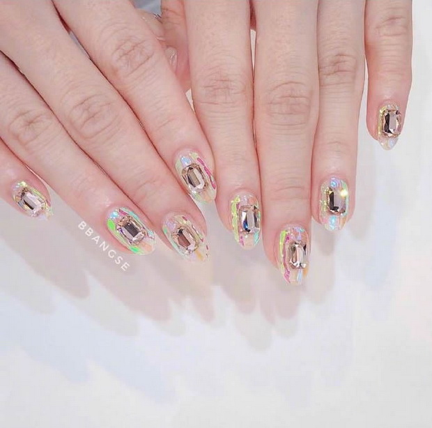 Ultra-clear and transparent manicure for summer